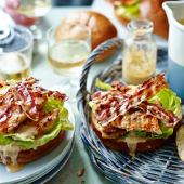 Barbecued chicken in brioche buns