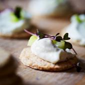 Oaty biscuits with creamy blue cheese