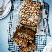 Carrot cake with cinnamon crumble