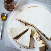 Honey, cinnamon and yogurt cheesecake
