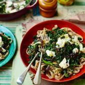 Wholewheat tagliatelle with kale, caramelised onions and goats' cheese
