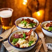 Macaroni cheese with crispy bacon and pesto
