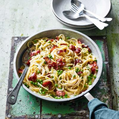 One-pot pasta with bacon and peas
