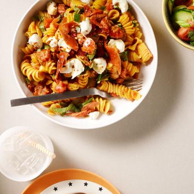 Pizza-pasta with ham crisps