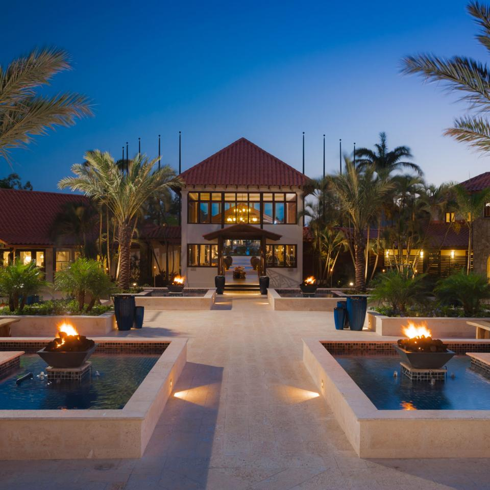 Sandals-LaSource---courtyard
