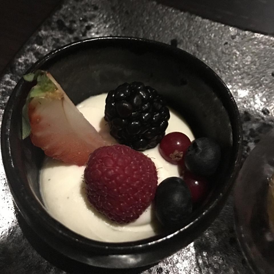 Creamy-Yogurt-with-vanilla-and-berries