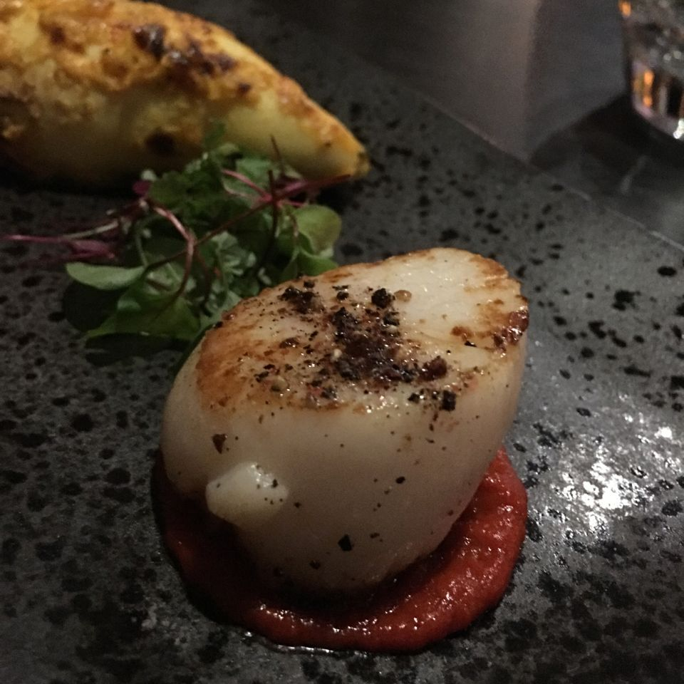 Seared-scallop-with-roasted-pepper,-tomato-and-garlic-chutney